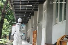 Penyemprotan disinfektan di depan laboratorium kampus 2 Universitas Nasional pada Sabtu (21/3)