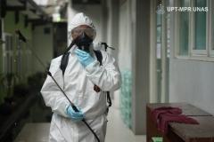 Petugas bersiap melakukan penyemprotan disinfektan di lingkungan Universitas Nasional