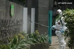 Selain kelas dan laboratorium, penyemprotan juga dilakukan di papan depan kampus 2 Universitas Nasional