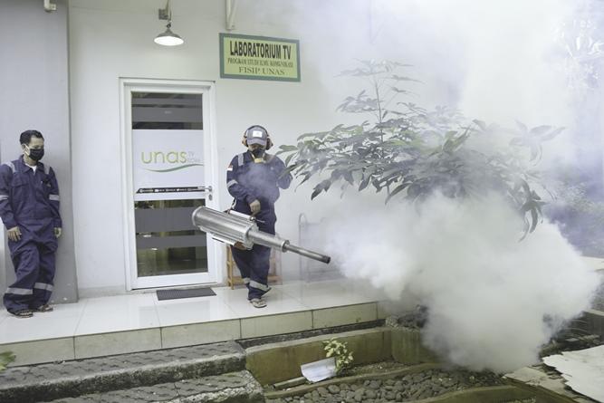 Proses pengasapan fogging di area pusat laboratorium bambu kuning