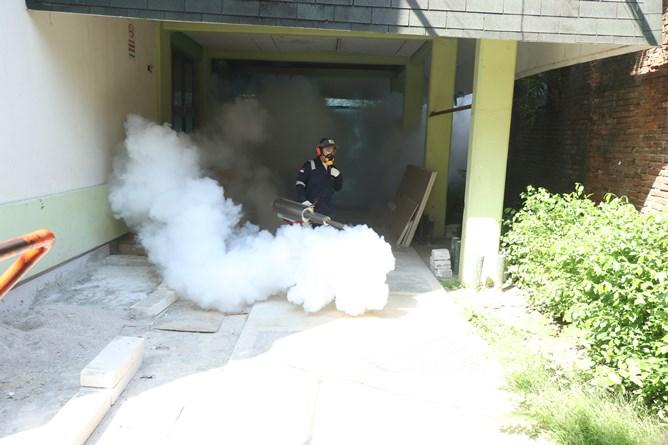 Proses pengasapan fogging disekitar kampus pusat pejaten
