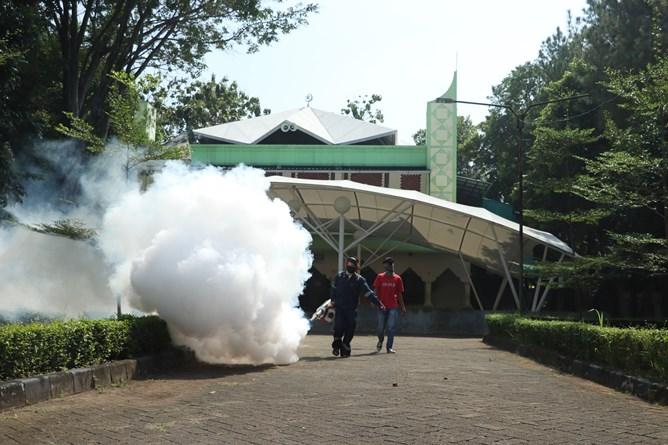 Pengasapan fogging di area sekitar masjid STA