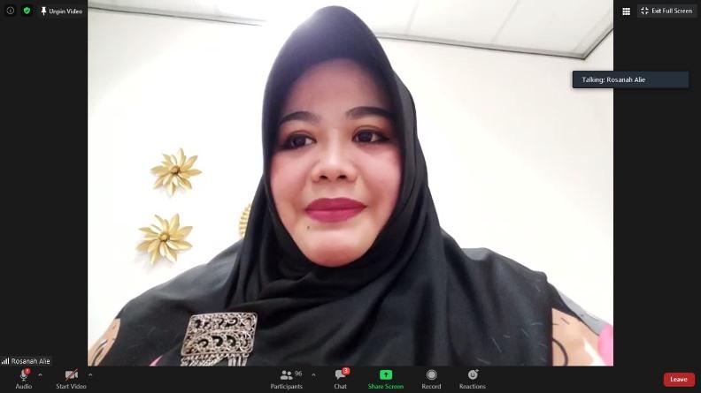 Dosen ilmu komunikasi, Rosanah, M.I.Kom., AMIPR sedang memimpin jalannya diskusi (2)