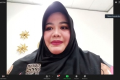 Dosen ilmu komunikasi, Rosanah, M.I.Kom., AMIPR sedang memimpin jalannya diskusi