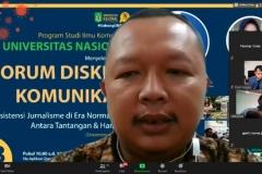 Dosen prodi Ilmu Komunikasi, Nursatyo, M.Si. sedang memandu jalannya diskusi