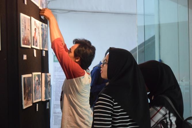 Para Mahasiswa yang antusias melihat Foto