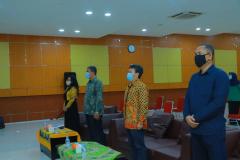 Saat menyanyikan Indonesia Raya dalam acara Pelepasan Wisudawan/Wisudawati Sarjana Strata-1 Fakultas Teknik Dan Sains Universitas Nasional Semester Ganjil Tahun Akademik 2020/2021, pada Sabtu 10 April 2021 di Auditorium Blok 1 Lantai 4 UNAS