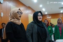 Para dosen Ilmu Komunikasi saat menyanyikan Indonesia Raya di Auditorium blok 1 lantai 4 Unas pada Senin, 28 Oktober 2019