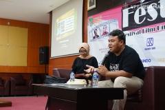 Narasumber Dandhy Dwi Laksono (kanan) menjelaskan tentang prinsip-prinsip film dokumenter didepan peserta Fest Fun 2019 (Festival Film Universitas Nasional 2019) di Auditorium blok 1 lantai 4 Unas pada Senin, 28 Oktober 2019