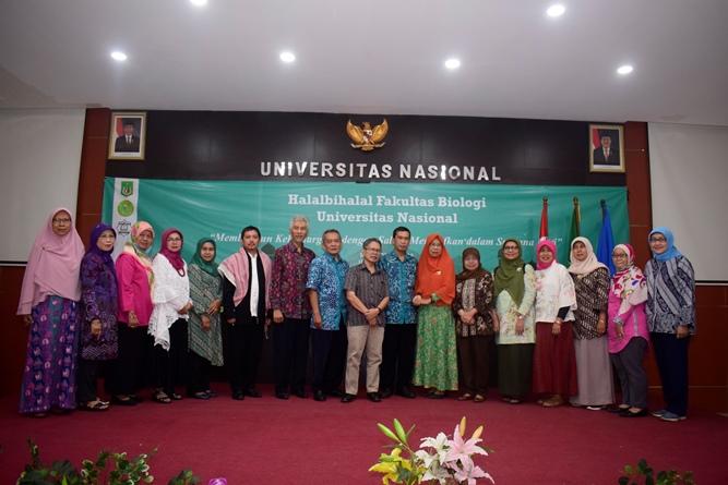 """Foto bersama seluruh dosen di lingkungan fakultas biologi UNAS pada acara Halal bihalal fakultas biologi """"Membangun Kekeluargaan  di Aula dengan saling memaafkan dalam suasana fitri"""" pada Kamis (20/6) di Auditorium blok 1 lantai 4"""