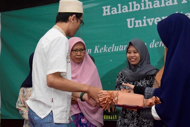 Pembagian doorpize kepada mahasiswa yang beruntung