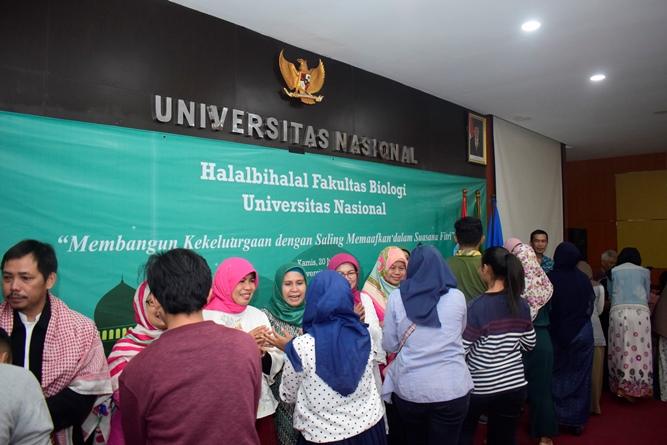 "Halal bihalal fakultas biologi ""Membangun Kekeluargaan  di Aula dengan saling memaafkan dalam suasana fitri"" pada Kamis (20/6) di Auditorium blok 1 lantai 4"