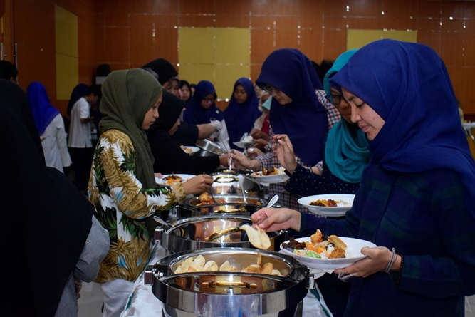 Para mahasiswa saat mengambil hidangan yang telah disediakan setelah acara Halal bi halal selesai dilaksanakan