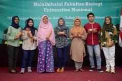 Foto bersama dosen dan mahasiswa yang beruntung mendapat doorprize