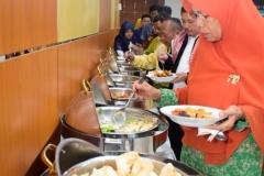 Para dosen dan staff saat mengambil hidangan yang telah disediakan setelah acara Halal bi halal selesai dilaksanakan