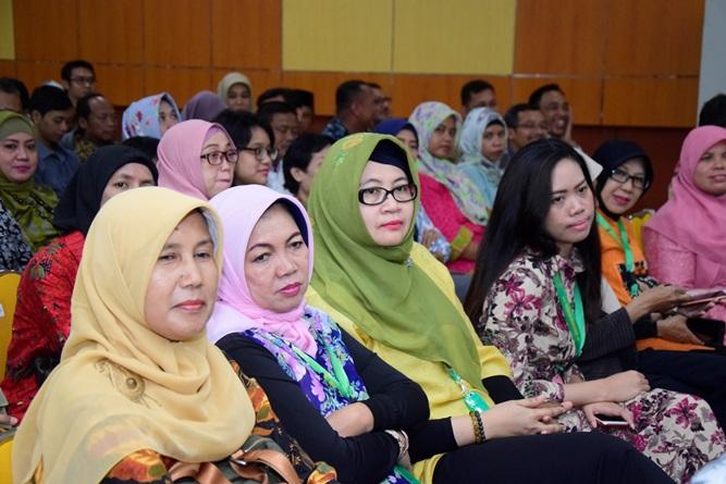 """Segenap dosen dan staff UNAS yang tutur hadir pada acara Halal bi halal Yayasan Memajukan Ilmu dan Kebudayaan (YMIK) """"Merajut Ukhuwwah Di Tengah Pluralisme Ummat"""". Di Auditorium blok 1 lantai 4 UNAS, Senin (17/6)"""