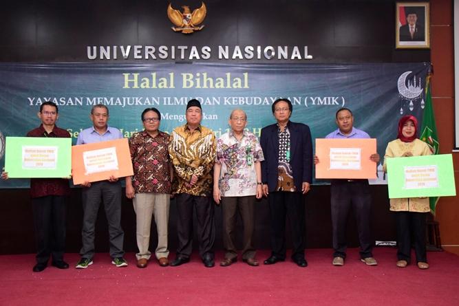 Wakil Rektor Bidang Administrasi Umum, Keuangan, dan SDM Prof. Dr. Drs. Eko Sugiyanto, M.Si (kiri ketiga), Ketua Pengurus Yayasan Memajukan Ilmu dan Kebudayaan (YMIK) Dr. H. Ramlan Siregar, M.Si. (kiri keempat), Ketua Majelis Guru Besar UNAS Prof. Dr. Drs. Umar Basalim, DES (kanan ke empat), Kepala Biro Administrasi Sumber Daya Manusia Ir. Tri Waluyo, M.Agr (kanan ke tiga) berfoto bersama dengan empat pemenang undian umroh