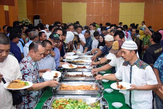 Para staff  UNAS saat mengambil hidangan yang telah disediakan setelah acara Halal bi halal selesai dilaksanakan