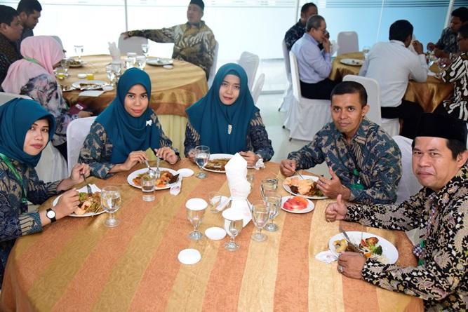 Para staff UNAS saat menyantap hidangan