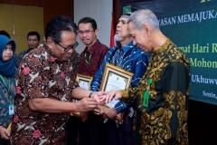 Wakil Rektor Bidang Administrasi Umum, Keuangan, dan SDM Prof. Dr. Drs. Eko Sugiyanto, M.Si (kiri) memasangkan cincin emas kepada peraih penghargaan satya lencana dengan pengabdiannya selama 25 tahun