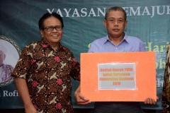Wakil Rektor Bidang Administrasi Umum, Keuangan, dan SDM Prof. Dr. Drs. Eko Sugiyanto, M.Si (kiri) memberikan hadiah berupa umroh kepada staff UNAS