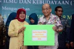 Ketua Majelis Guru Besar UNAS Prof. Dr. Drs. Umar Basalim, DES memberikan hadiah berupa umroh kepada staff UNAS