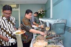 Para staff  dan dosen UNAS saat mengambil hidangan yang telah disediakan setelah acara Halal bi halal selesai dilaksanakan