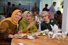 (Kiri-kanan) Ketua Program Studi Sosiologi Dr. Erna Ermawati Chotim, M.Si., Prof. Dr. Hj. Syamsiah Badruddin, M.Si dan Ketua P4M UNAS, Dr. Diana Fawzia, M.Si.