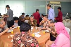 Segenap pimpinan dan dosen UNAS  saat menyantap hidangan