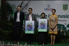 "Foto bersama setelah penyerahan poster ""Satwa Lindungi Butuh Kamu"" sebagi wujud perlindungan kepada hutan, pada acara Seminar Hari Hutan Internasional, di Auditorium, blok 1 lantai 4 UNAS, Senin (25/3)."
