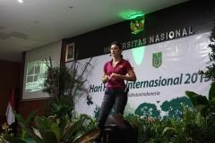Davina Veronica saat menceritakan pengalamannya mengenai kontribusinya kepada hutan pada acara Seminar Hari Hutan Internasional, di Auditorium, blok 1 lantai 4 UNAS, Senin (25/3).