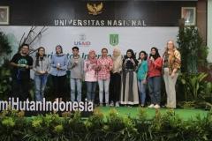 Foto bersama seluruh pemenang atas postingan instagram tentang seminar hari hutan internasional di Auditorium, blok 1 lantai 4 UNAS, Senin (25/3).