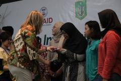 Pemberian hadiah kepada pemenang atas postingan instagram tentang acara seminar hari hutan internasional. dan diberikan langsung oleh perwakilan USAID, di Auditorium, blok 1 lantai 4 UNAS, Senin (25/3).