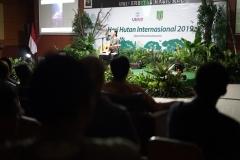 Sandrayati saat menyanyikan lagu hasil karyanya pada acara Seminar Hari Hutan Internasional, di Auditorium, blok 1 lantai 4 UNAS, Senin (25/3).