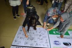 tanda tangan saat aksi pemungutan sampah