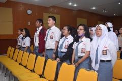 peserta dari siswa siswi SMK jabodetabek sedang menyanyikan lagu indonesia raya