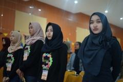 Peserta Seminar HI FEST saat menyanyikan Indonesia raya