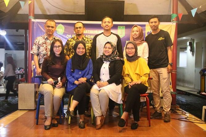 Foto bersama para alumni dan dosen
