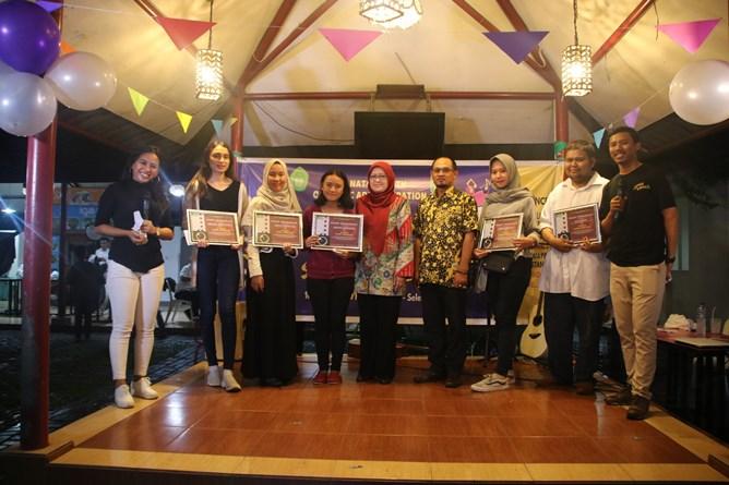 Pembagian hadiah dan sertifikat kepada para pemenang perlombaan