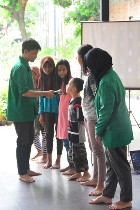 Himpunan Mahasiswa Ilmu Komunikasi Universitas Nasional (HIMAKOM UNAS) melangsungkan kegiatan Pengabdian Kepada Masyarakat (PKM), di Ruang Publik Terpadu Ramah Anak (RPTRA) Malinjo (13)