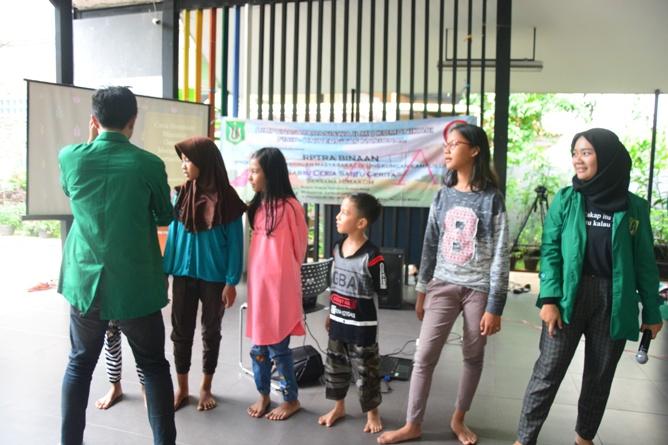 Himpunan Mahasiswa Ilmu Komunikasi Universitas Nasional (HIMAKOM UNAS) melangsungkan kegiatan Pengabdian Kepada Masyarakat (PKM), di Ruang Publik Terpadu Ramah Anak (RPTRA) Malinjo (14)