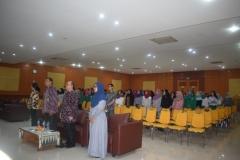 para undangan sedang menyanyikan lagu indonesia raya