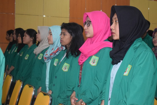 para peserta sedang menyanyikan lagu indonesia raya '