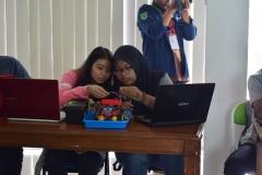 Peserta sedang memproses software untuk disambungkan ke robot (3)