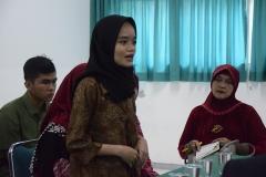Mahasiswa sedang memperkenalkan diri kepada para pengusaha