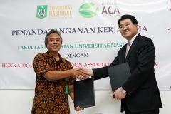 Foto Bersama Dekan Fakultas Pertanian Ir. Inkorena G.S. Sukartono, M.Agr dan Ketua Hokkaido Aido Agri Corporation Association (ACA), Jepang dengan menunjukan Mou