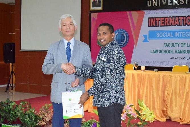 Pemberian Cenderamata oleh Dekan FH Dr. Ismail Rumadan, S.Ag., M.H kepada narasumber (2)