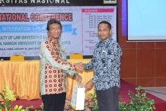 Pemberian Cenderamata oleh Dekan FH Dr. Ismail Rumadan, S.Ag., M.H kepada narasumber