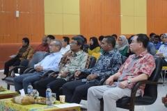 Dekan FH Dr. Ismail Rumadan, S.Ag., M.H duduk bersama para narasumber