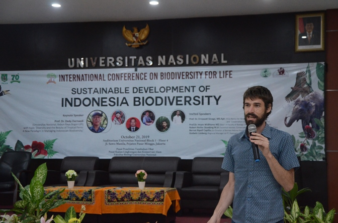 """Co-Director Yayasan Alam Kalimantan Bernat Ripoll Capilla saat memberikan materi pada International Conference On Biodiversity For Life dengan tema """"Sustainable Development Of Indonesia Biodiversity"""", di Auditorium Blok 1 lantai 4 Universitas Nasional, Senin (20/10)"""